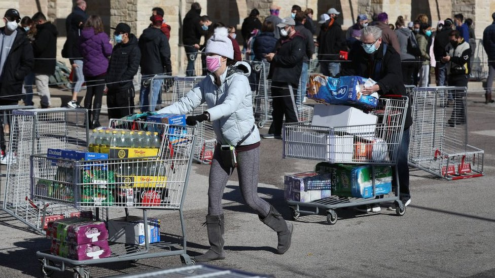 Customers leave with supplies for di Costco Wholesale store for Austin, Texason 20 February 2021