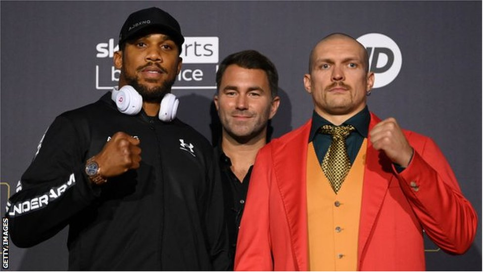 Anthony Joshua and Oleksandr Usyk pose for pictures